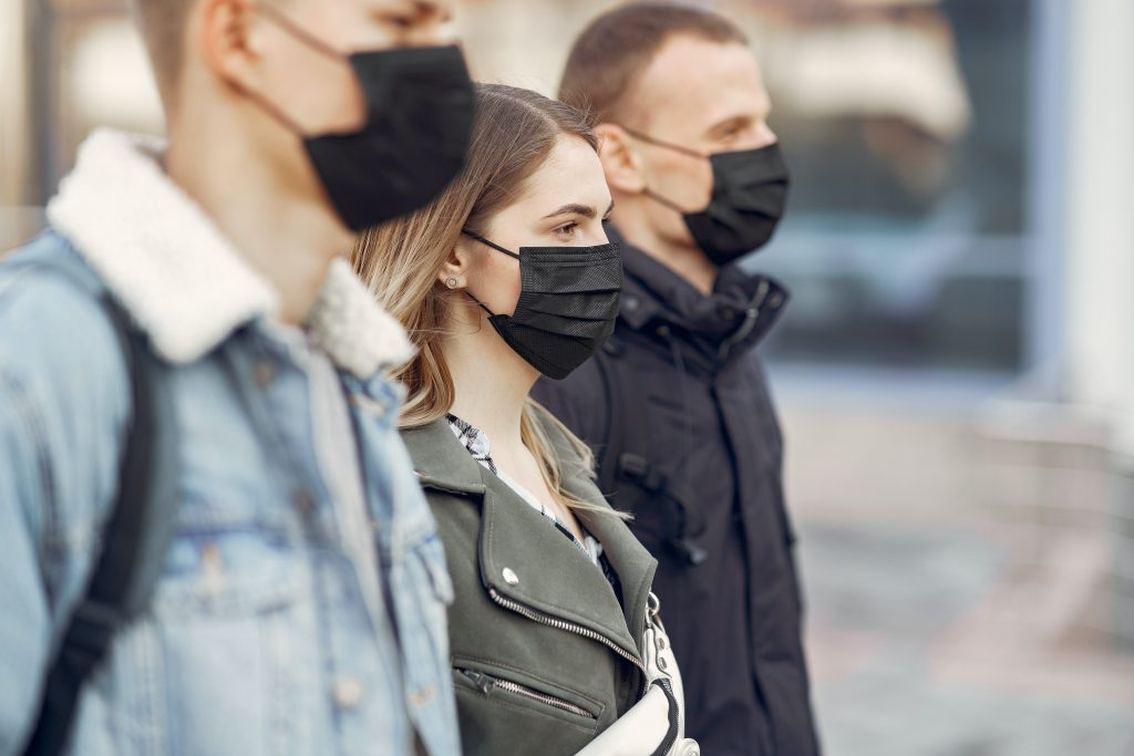 Gente usando mascarillas en la nueva normalidad del futuro.